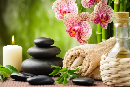steine im wasser: Zen Basaltsteinen und Bambus auf dem Holz