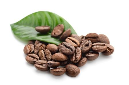 granos de cafe: los granos de caf� y las hojas Foto de archivo