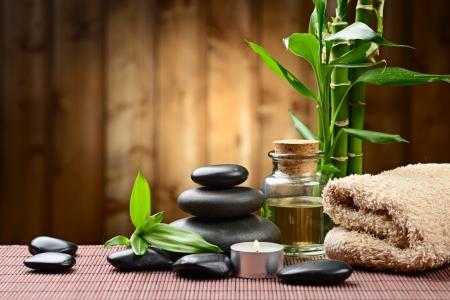 massage huile: des pierres de basalte et de bambou zen sur le bois Banque d'images
