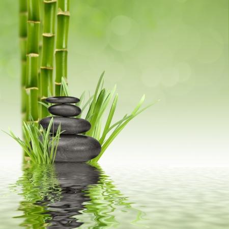 feuille de bambou: pierres de basalte zen et bambou dans l'eau