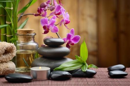 massage: zen Basaltsteinen und Bambus auf dem Holz