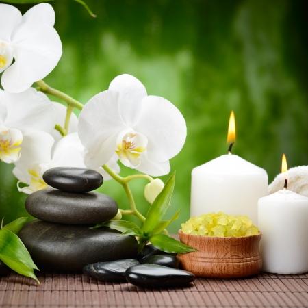 zen basalt stenen en orchidee op het hout
