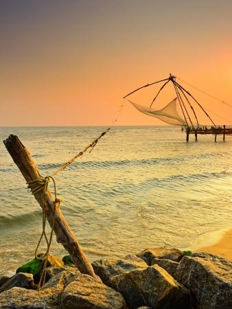 redes de pesca: Fishnets chinos en puesta del sol Kochi, Kerala, India Foto de archivo