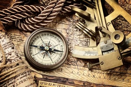 ir�ny: vintage csendélet iránytű, szextáns és a régi térkép Stock fotó