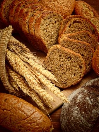 bread loaf: pane fresco e grano sul legno Archivio Fotografico
