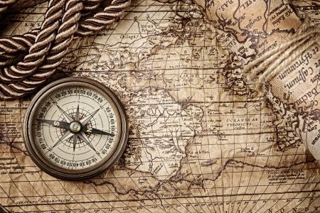 vintage stilleven met kompas en oude kaart