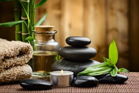 massage huile: bambou sur du bois et des pierres basaltiques de Zen Banque d'images