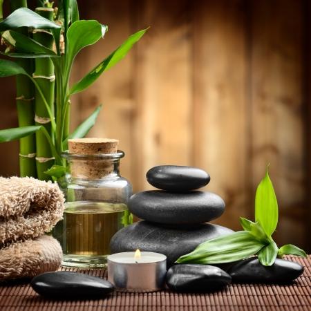 massage: bambou sur du bois et des pierres basaltiques de Zen Banque d'images