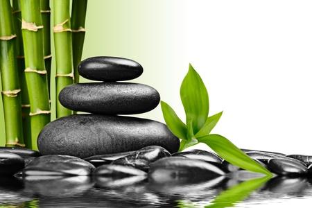 zen des pierres de basalte et de bambou sur le blanc photo