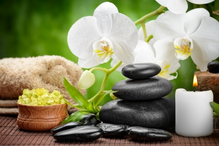chillen: Zen Basaltsteinen und Orchideen auf dem Holz Lizenzfreie Bilder