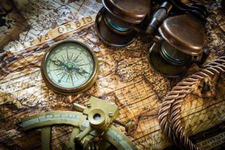 コンパス、六分儀と古い地図のビンテージ静物 写真素材