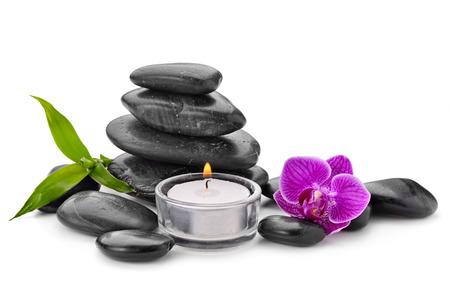 zen basalt stenen en orchidee op wit wordt geïsoleerd Stockfoto