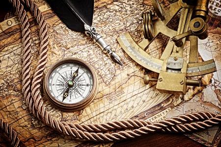 brujula antigua: Vintage Bodeg�n con br�jula, sextante y mapa antiguo Foto de archivo