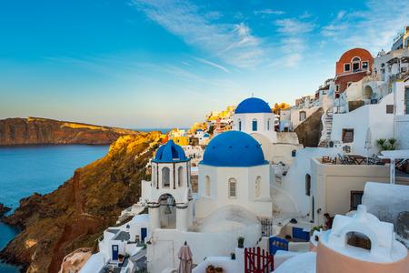 유명한 파란색과 흰색 도시 Oia, 산토리니