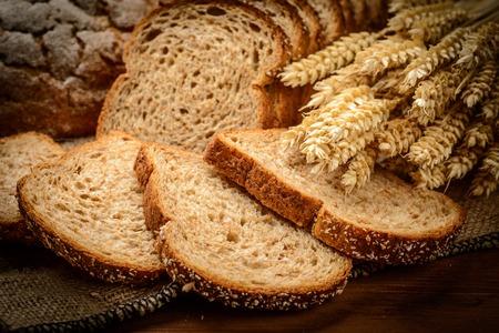Du pain frais et du blé sur le bois Banque d'images - 32958208