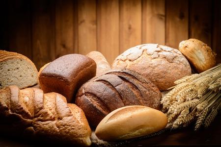 焼きたてのパン、小麦、木製の 写真素材