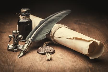 papel velho e caneta-tinteiro
