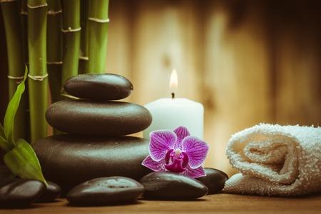 piedras zen: concepto de spa con piedras de basalto de Zen y orqu�dea Foto de archivo