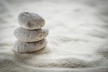 모래에 선 돌 스톡 콘텐츠