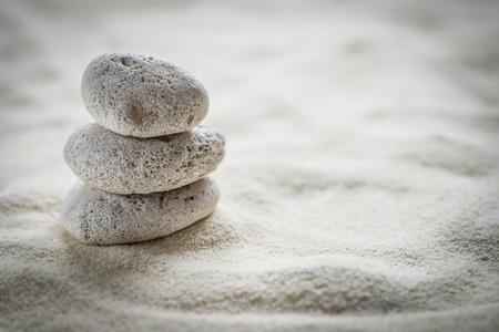 zen stenen op het zand