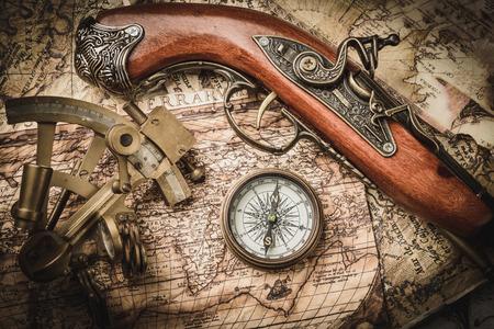 pistolas: Todavía de la vendimia vida con brújula, sextante y catalejo