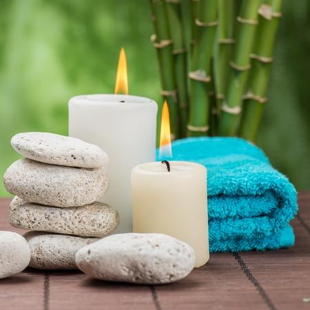 terapia grupal: concepto de spa zen piedras de basalto, orquídea y vela Foto de archivo