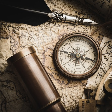 brujula antigua: Todav�a de la vendimia vida con br�jula, sextante y el catalejo viejo mapa