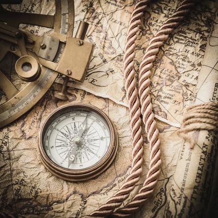 vintage stilleven met kompas, sextant en oude kaart