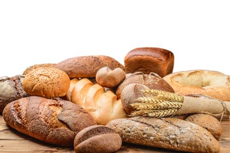 pan frances: pan fresco y trigo en la madera Foto de archivo