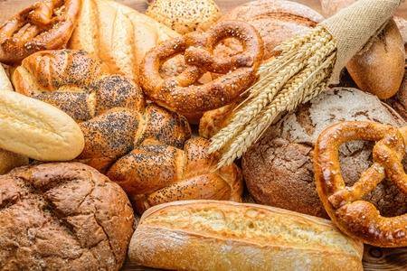 焼きたてのパンや、木製の小麦