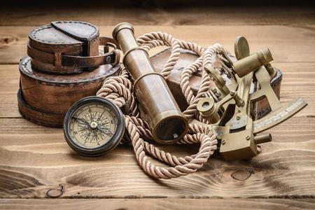 brujula antigua: Todav�a de la vendimia vida con br�jula, sextante y el catalejo