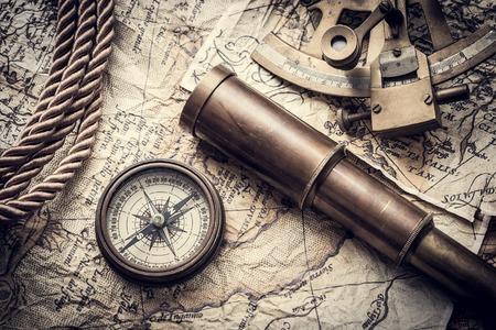 vintage stilleven met kompas, sextant verrekijker en oude kaart