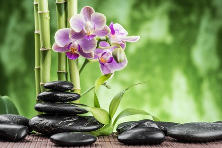zen attitude: concept de spa avec des pierres de basalte zen, orchidée et le bambou Banque d'images