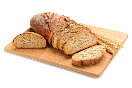 vers gesneden brood en tarwe op een houten bord geïsoleerd op wit Stockfoto