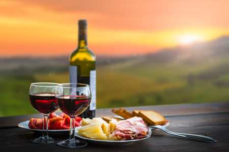 stilleven Rode wijn, kaas en prosciutto. Romantisch diner buiten Stockfoto