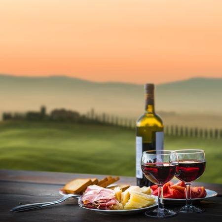 静物赤ワインとチーズと生ハム。屋外のロマンチックなディナー