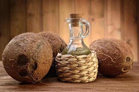 coco: aceite de coco en el fondo de madera