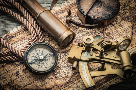 brujula antigua: vintage still life with compass,sextant and spyglass Foto de archivo