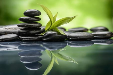 Zen Basaltstenen en bamboe Stockfoto