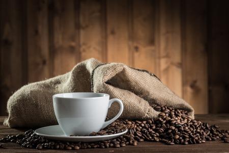 コーヒー豆と木製の背景の古いコーヒーミルのある静物 写真素材