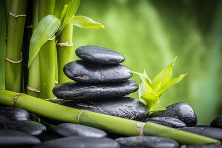 禅玄武岩石や竹のある静物