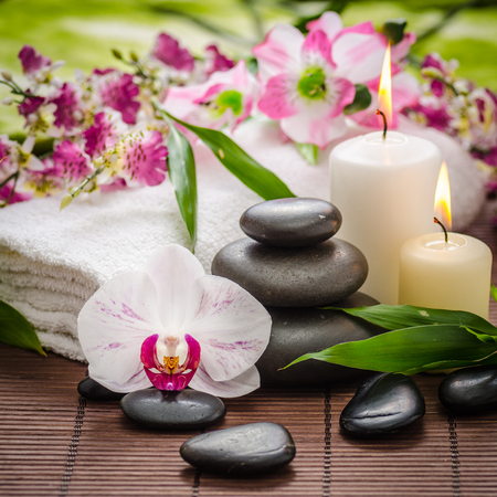 スパ禅玄武岩石、蘭と竹の蝋燭と静物
