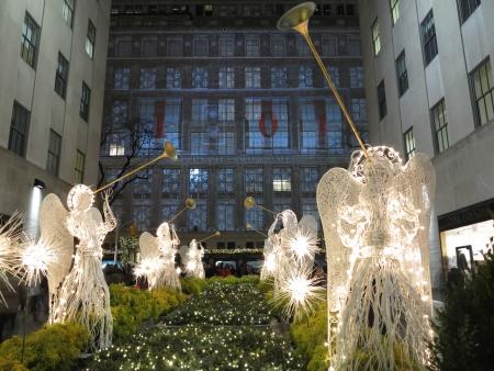 Kerstmis in New York met illiuminated Engelen en Trumpeters Stockfoto