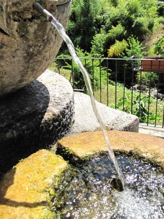 waterspout: Vaso con fontana in una piscina