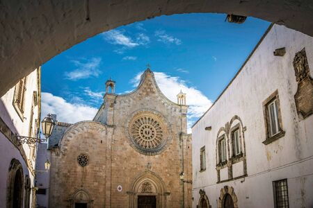 Cathederal through the Archway and blue sky Imagens