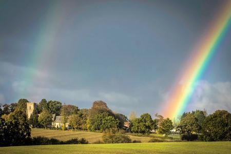 Double rainbow over a church Imagens