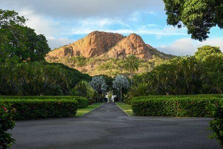 Une vue de Castle Hill comme vu de Queens Gardens à Townsville, Queensland, Australie