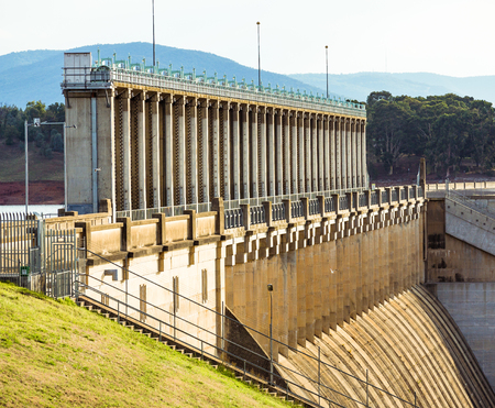 Sluice gates and spillway of the Hume Dam.  Albury, New South Wales. Фото со стока - 113034715