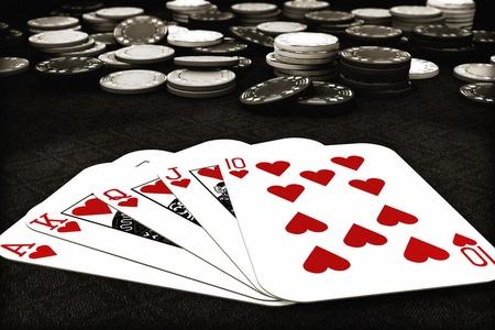 jetons poker: Combinaison de poker Royal Flush de coeurs avec la profondeur de poker de champ des puces en arri�re-plan, 300 D.P.I