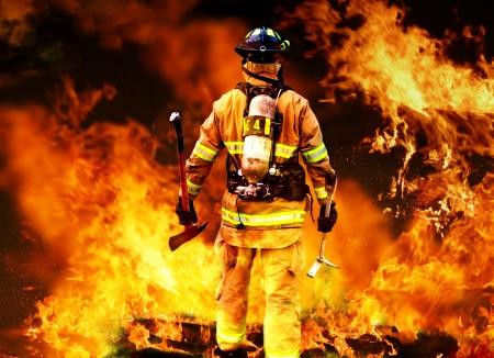 Moderne brandweerman zoeken naar posible overlevenden